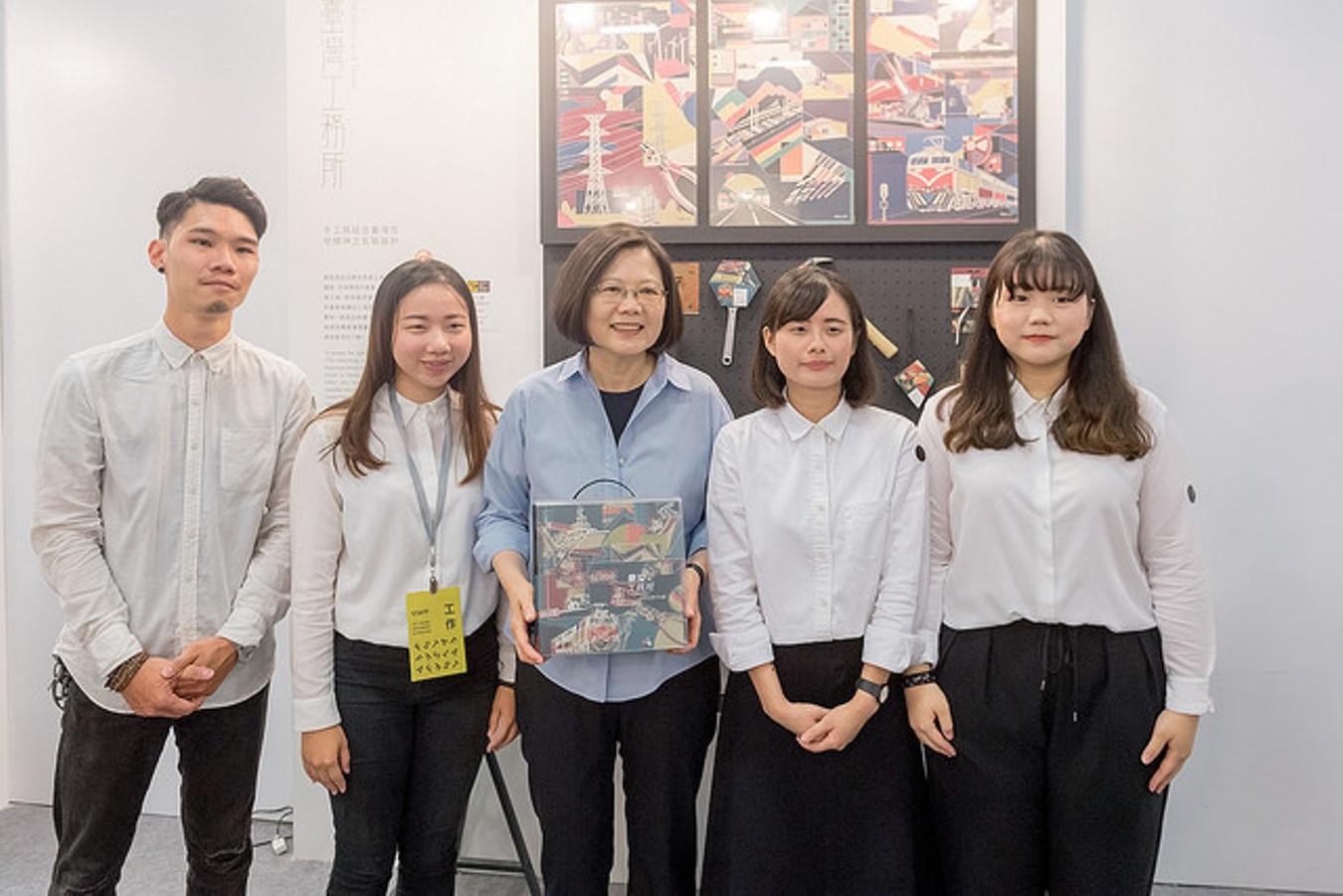 參觀「新一代設計展」 總統肯定年輕世代的設計實力